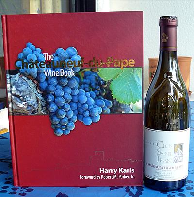 Das Chateauneuf-du-Pape Wine Book mit Weinflasche zum Größenvergleich